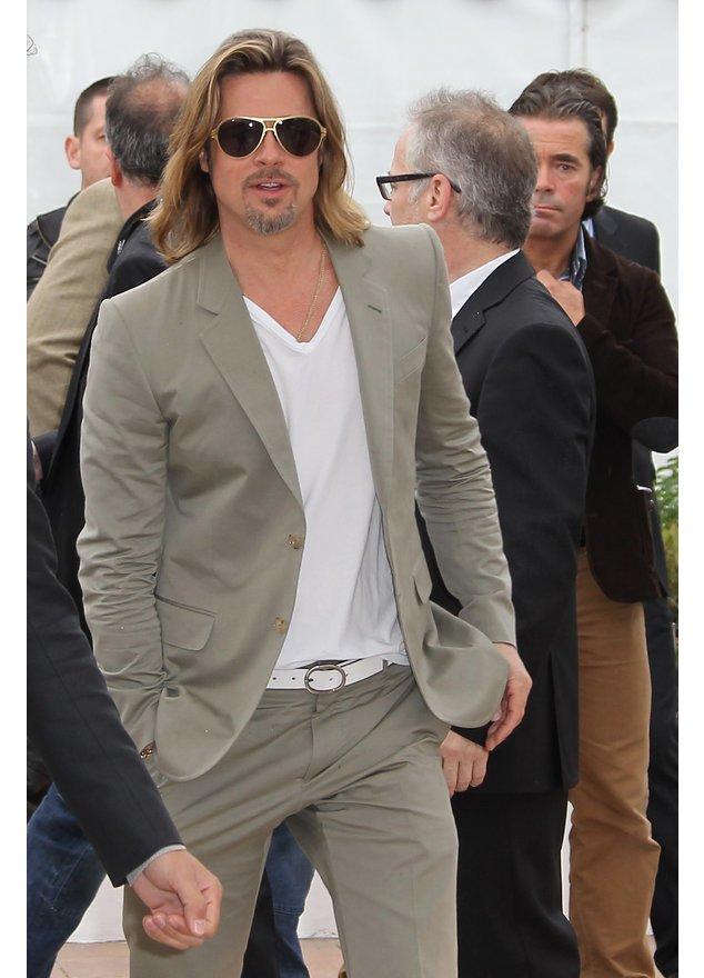 Brad Pitt im beigen Anzug und Pilotenbrille bei einem Event.