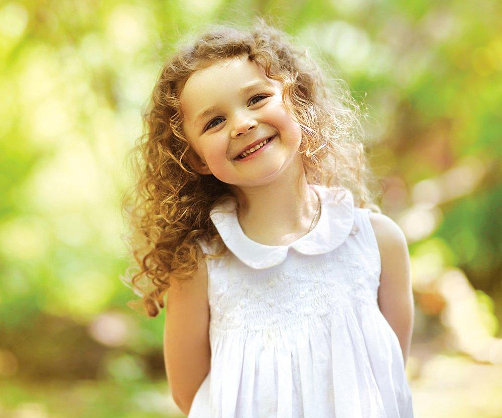 Kinderfrisuren: Bei lockigem Haar können schon wenige Stufen für noch mehr Volumen sorgen.