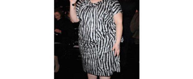Beth Ditto in einem Kleid in Zebra-Look auf der Pariser Fashion Week.