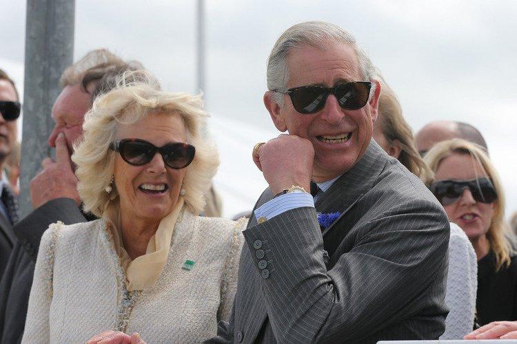 Prinz Charles und Camilla mit Sonnenbrillen