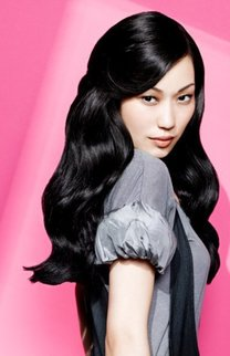 Lange, gewellte Haare in schwarz