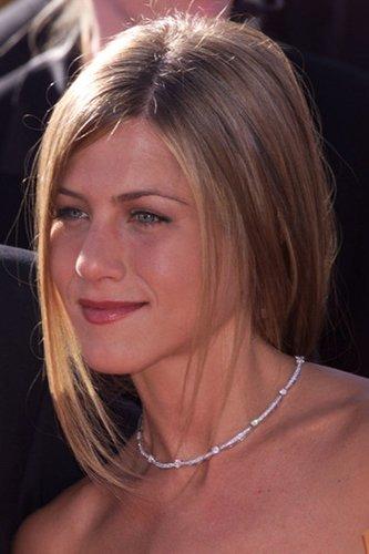 Jennifer Aniston mit glatten, zurückgebundenen Haaren