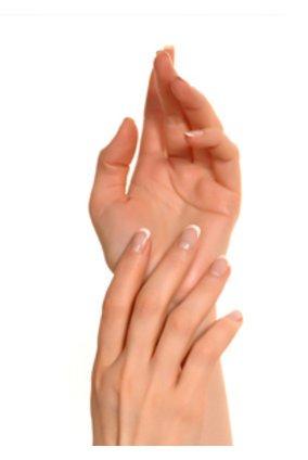 Hände mit künstlichen Nägeln