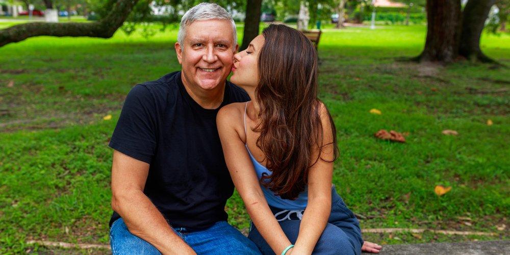 11 Frauen erzählen, was die Vor- und Nachteile an einer Beziehung mit einem viel älteren Mann sind – und warum sie sich in ihren Partner verliebt haben.