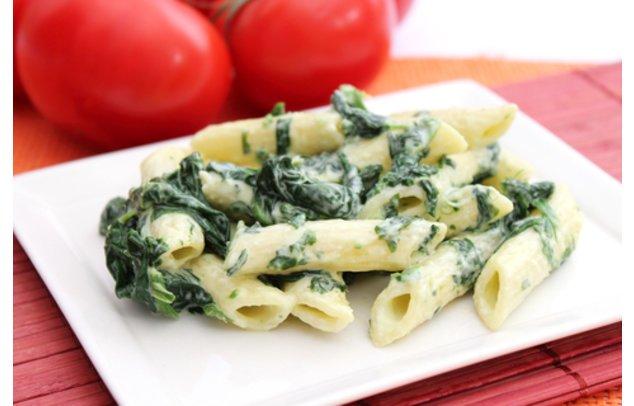 Nudeln mit Spinat servierfertig.