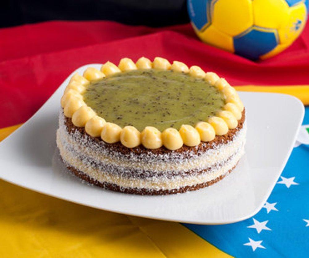 Brasilianische Torte ''Bolo Pelé'' mit dem Gelben Klassiker