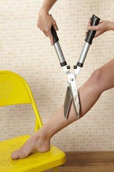 Haare mit Schere entfernen
