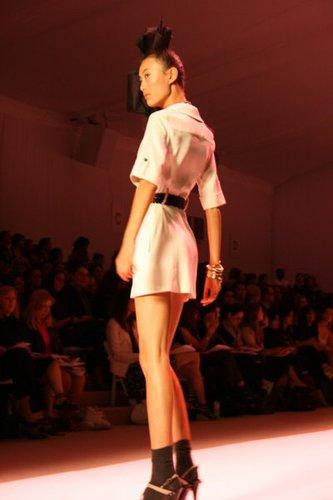 Weißes Sommerkleid mit Gürtel von Michelle Smith