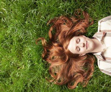 Mädchen liegt im Gras
