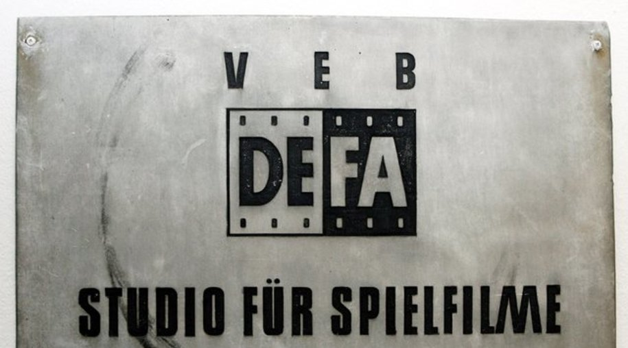 Das Firmenschild der Deutschen Film AG (DEFA) im Filmmuseum in Potsdam.