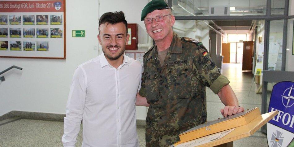 Ardian Bujupi besucht deutsche Soldaten im Kosovo