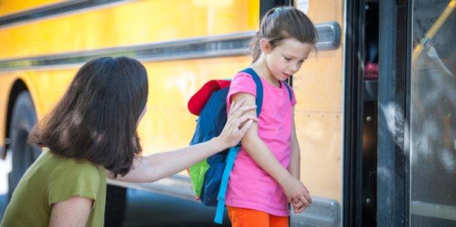 Schulangst: Mutter verabschiedet sich von Tochter vor Schulbus