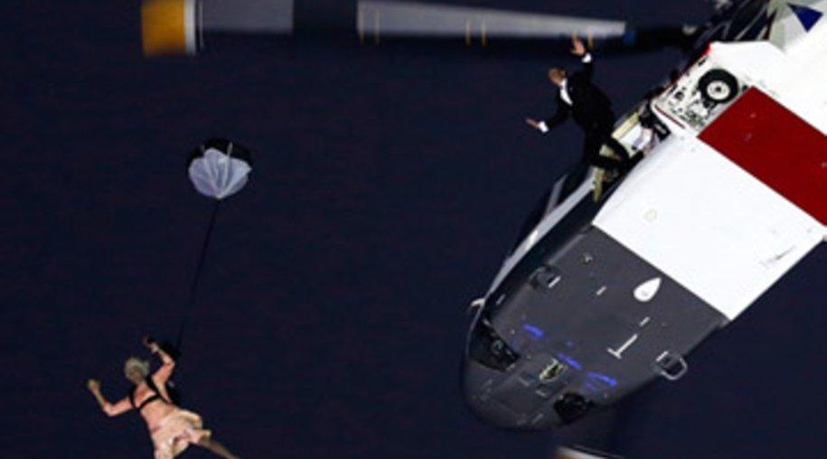 Spektakulärer Stunt: Ein Queen-Double springt aus dem Hubschrauber.