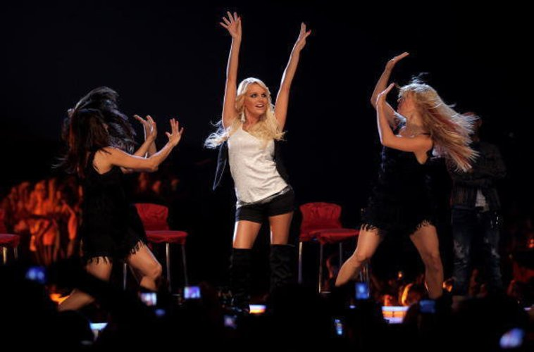Gina Lisa Lohfink tanzt mit zwei Tänzerinnen