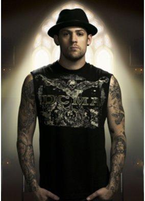Model mit Hut im schwarzen T-Shirt von DCMA