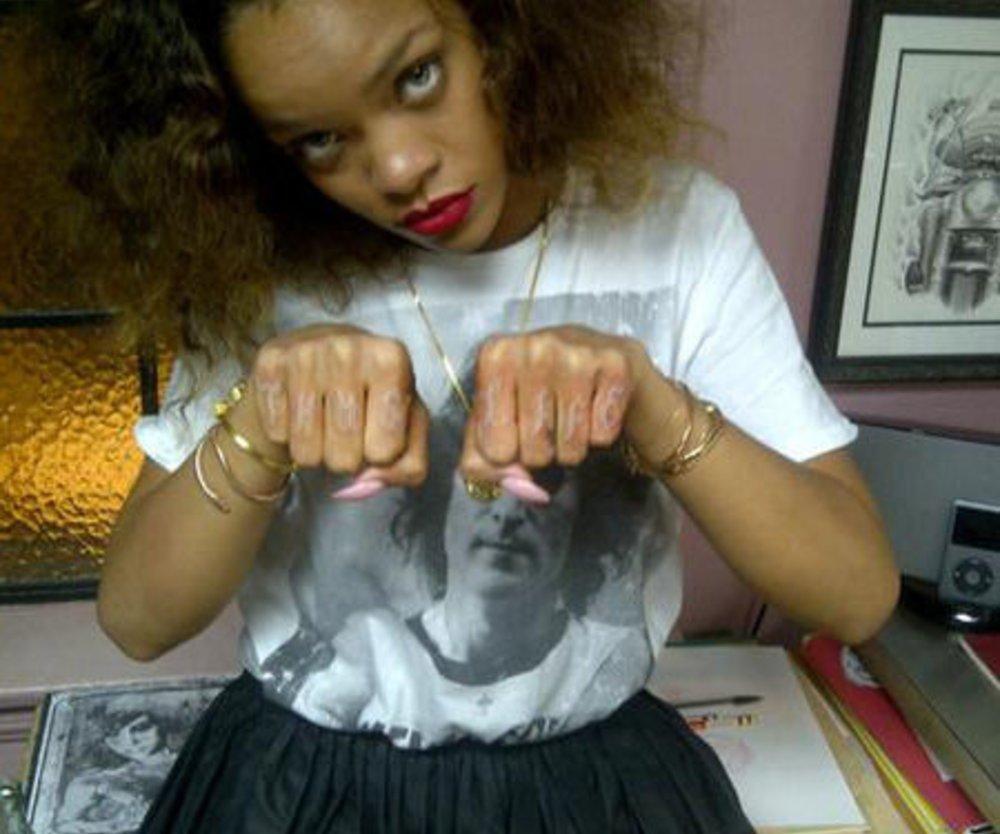 Rihanna zeigt dubioses Tattoo