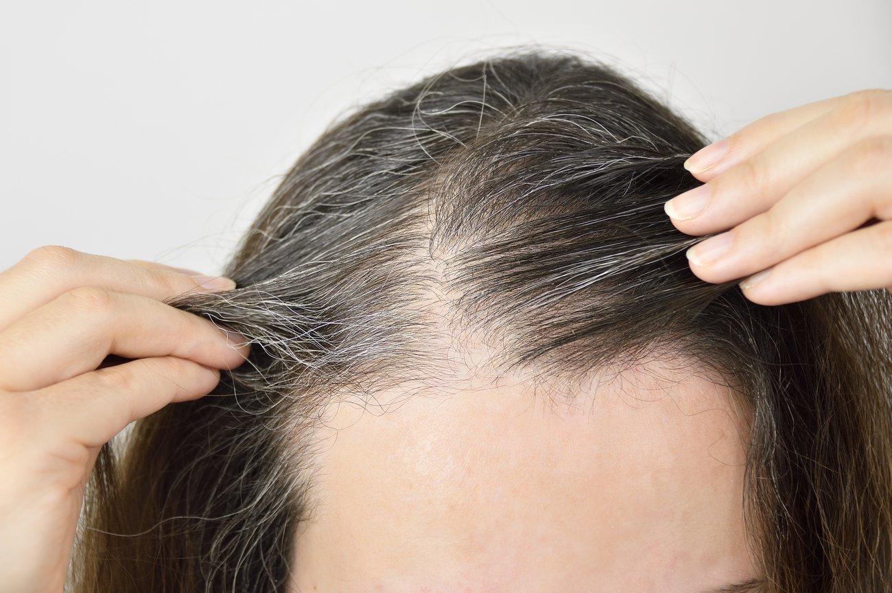 Graue Haare mit Pflanzenhaarfarbe färben