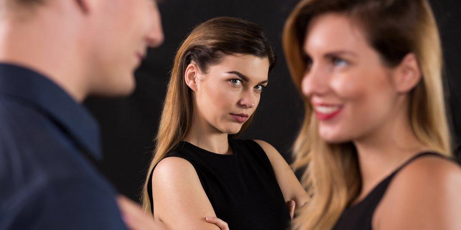 Frau flirtet Mann an, Freundin guckt zu