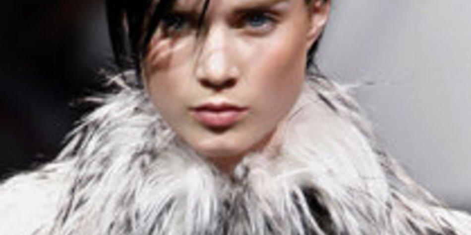 Düsterer Chic von Giorgio Armani bei der Fashion Week Paris