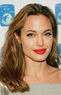 Angelina Jolie trägt lässige Wellen