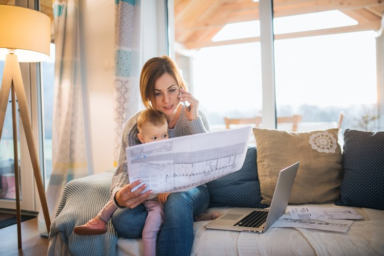 junge architektin baby arbeitet im home-office