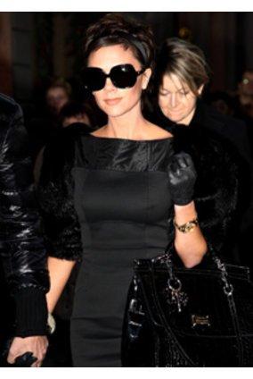 Victoria Beckham mit schwarzer Tasche.