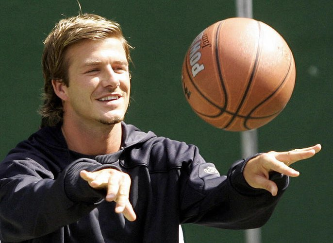 David Beckham mit einem Basketball in Singapur