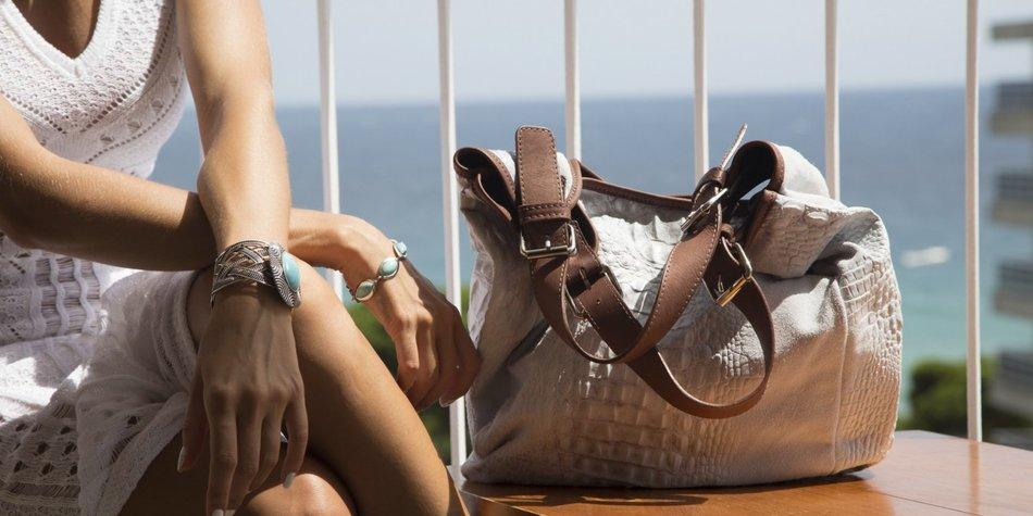 Frauen verstehen fängt bei ihrer Handtasche an.