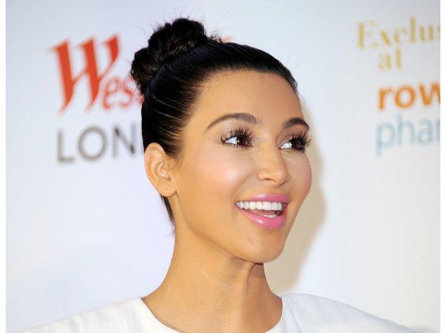 Kim Kardashian in einer blauen Robe