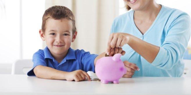 Kindergeld: Mutter und Sohn vor Spardose