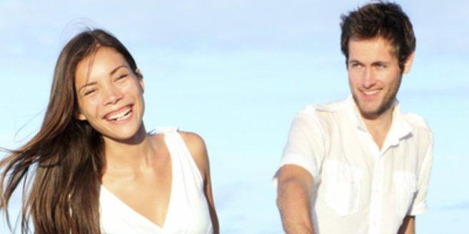 Hirnanhangdrüse: Glückliches Paar am Strand.