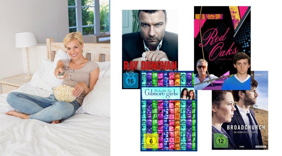Frau auf Bett und Seriencover