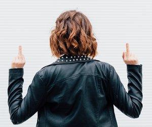 Frau zeigt Mittelfinger