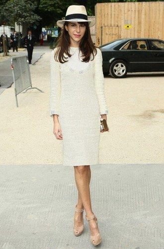 Caroline Sieber trägt ein wollweißes Langarmkleid mit Fedora
