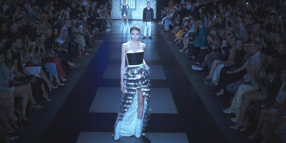 Extravagant: das hochgeschlitzte Corsagenkleid mit silbernen Lametta-Streifen hat es uns besonders angetan. (Foto: desired)