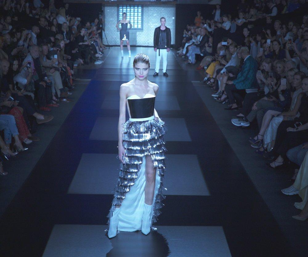 Extravagant: das hochgeschlitzte Corsagenkleid mit silbernen Lametta-Streifen hat es uns besonders angetan. (Foto: Erdbeerlounge)