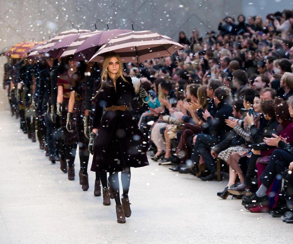 Cara Delevingne begeistert Burberry-Designer