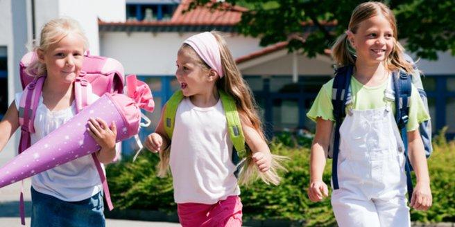 Kinder mit einer schönen Schultüte.