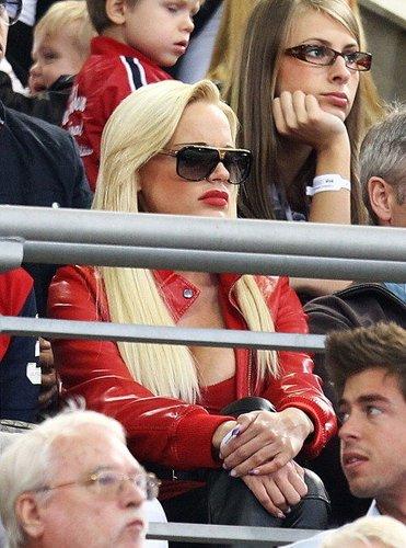 Gina Lisa Lohfink schaut sich als Zuschauer ein Fußballspiel an