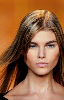 Lange Haare im Sleek Look mit Strähnchen