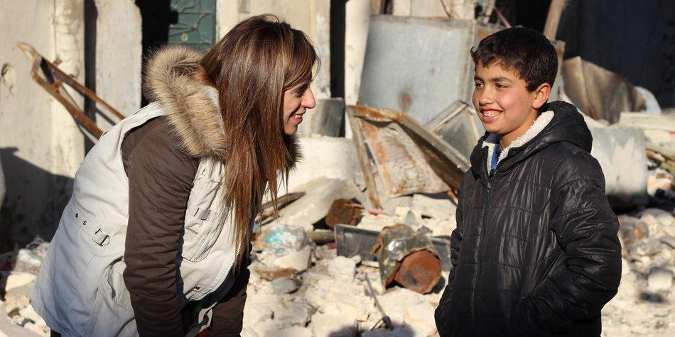 VERLETZUNGEN AN KÖRPER UND SEELE Majed (13) überlebte die Explosion eines Blindgängers in Aleppo. https://www.unicef.de/informieren/aktuelles/blog/2017/verletzungen-an-koerper-und-seele/136728  Bio von Basma Bourafli: https://blogs.unicef.org/blog/author/bourafli/