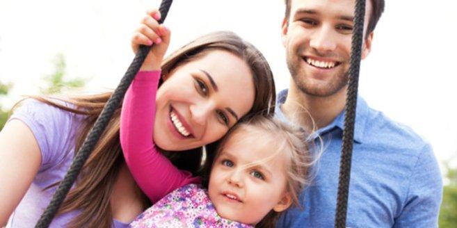 Voraussetzung der Adoption: Paar mit Kind auf dem Spielplatz