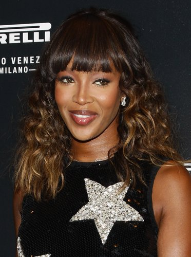 Naomi Campbell: Sexy Beach Waves mit Pony