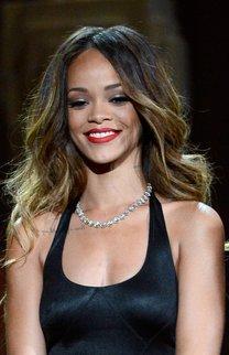 Rihanna mit Beach Waves und Ombre Hair