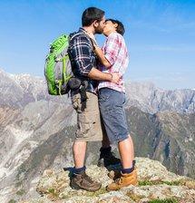 Paar küsst sich auf Berg
