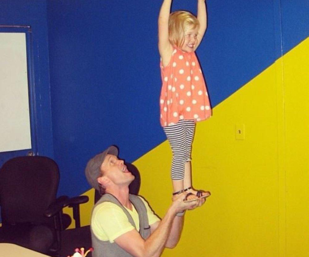 """Neil Patrick Harris trägt seine kleine """"große"""" Tochter auf Händen"""