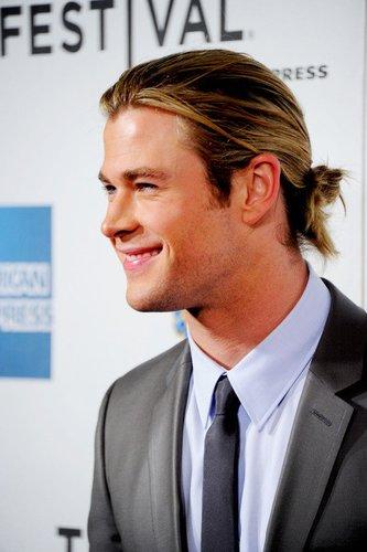 Chris Hemsworth mit Zopf