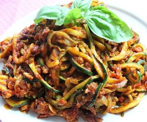 Zucchini-Spaghetti mit Bolognese Sauce
