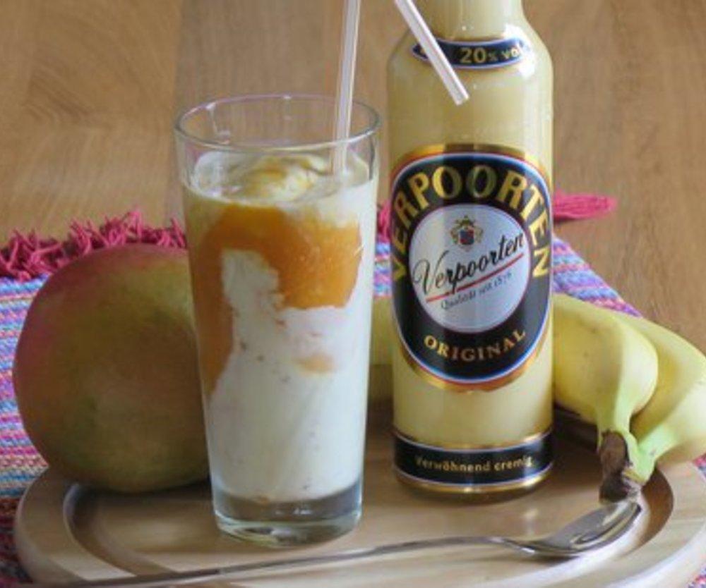 Mango und Banane - gelber Smoothie auf Vanilleeis