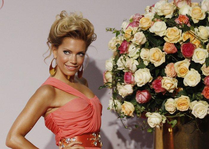 Sylvie van der Vaart mit Rosen